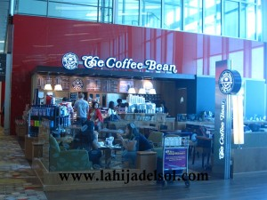 Where we had our coffee while waiting for our flight -- the supervisor is a very nice Filipina ^_^