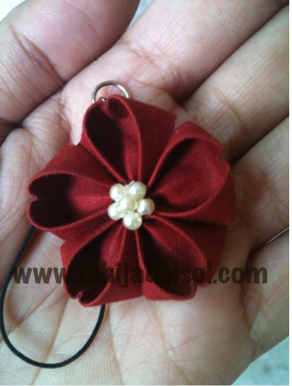 I finally made a sakura kanzashi (and launched my online store too) ^_^